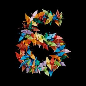 黒バックに折り紙の鶴で作った数字の6