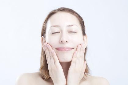 化粧水をつける女性