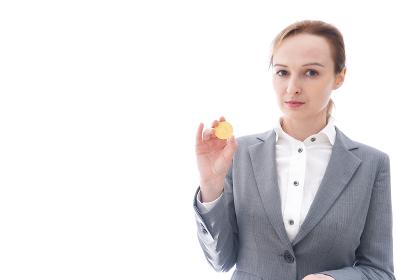 仮想通貨を持つ若い女性