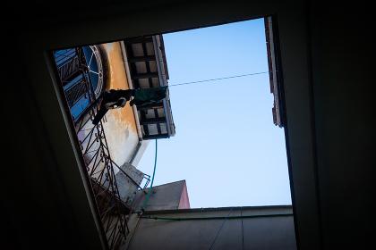 中庭から見上げた青空