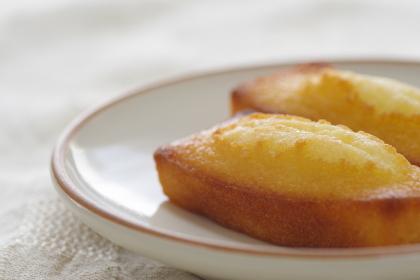 皿に乗ったフィナンシェ(焼き菓子)