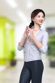 明るいオフィスで手と合わせて呼ばれた方を見るシャツとパンツ姿のビジネスウーマン