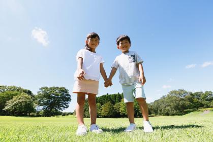 広場にいる日本人の子供
