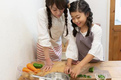 調理をする母娘
