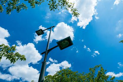 夏の青空と街灯 8月
