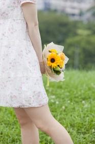 花束を持った20代女性