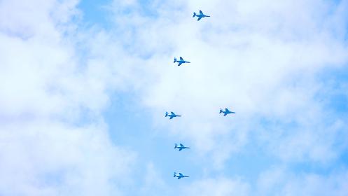 遠くの空を飛ぶ飛行機の編隊