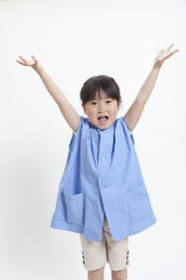バンザイをする幼稚園児の女の子