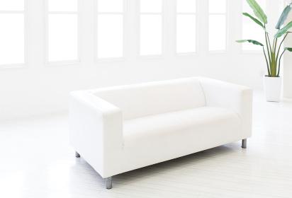 白い部屋の白いソファ