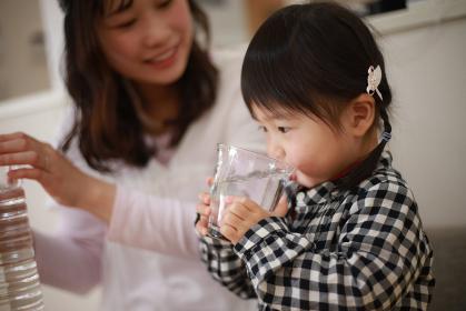 水を飲む親子