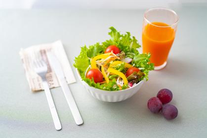 新鮮サラダとオレンジジュース