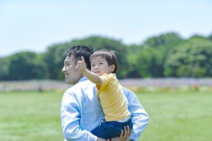 公園を散歩する日本人親子
