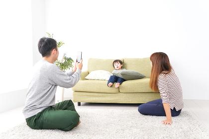 子どもたちの写真を撮るお父さん