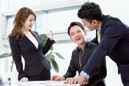 ビジネス状況・会議・ブレインストーミング