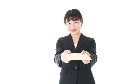 書類を提出するスーツを着たビジネスウーマン