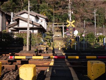 神社につながる参道の踏切