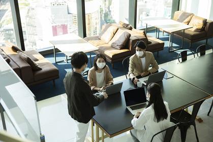 マスクをしてミーティングをする日本人ビジネスマン