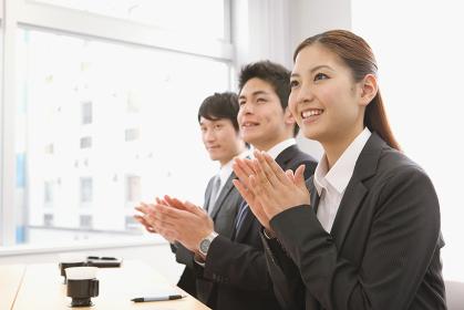 拍手をするビジネスチーム