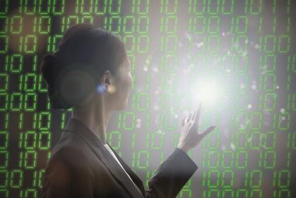 デジタルの仮想空間の中で正解を模索する女性の合成写真