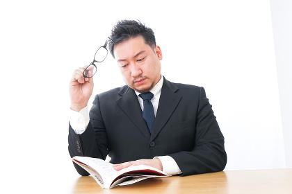 疲れて読書をするビジネスマン