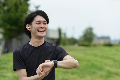 スマートウォッチの活用・運動する若い男性