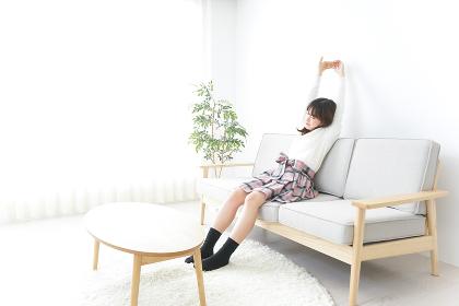 部屋でリラックスをする若い女性