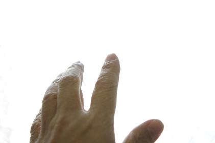 空を掴む手