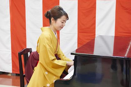 卒園式でピアノを弾く先生
