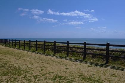 崖の上からの太平洋と白雲浮かぶ空