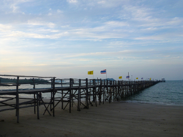 タイ・バンコク近郊のタオ島の砂浜にて海と桟橋