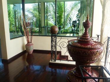 タイにて開放感のあるアジアンテイストな室内インテリア