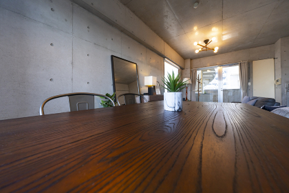 リビングルームに置かれた木目のテーブル