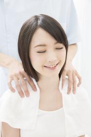 マッサージの施術をうける女性