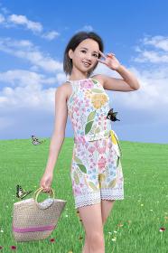 綺麗な蝶々が飛ぶ天気のいい野原を散歩するカゴバッグを持った幼顔の女性はピースサインをする