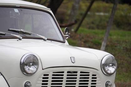 白いクラシックカー、フロント部分のクローズアップ