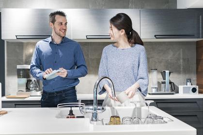 皿洗いをする男女