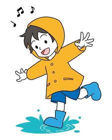 水溜りで遊ぶ、レインコートを着た、男の子