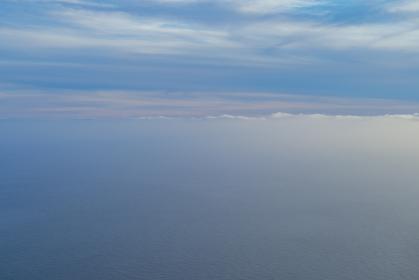 飛行機の窓から海を見下ろす