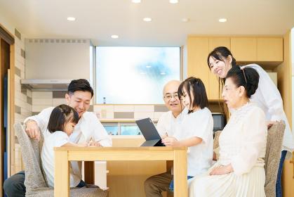 タブレットPCで遊ぶ3世代家族