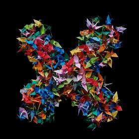 折り紙の鶴を集めて形作ったアルファベットのX