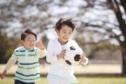 サッカーボールを持って走る女の子