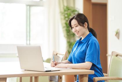 介護の勉強をする女性介護士