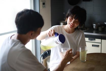 飲み物を飲むカップル