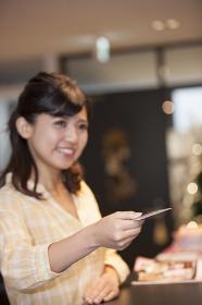 カードを持つ笑顔の女性