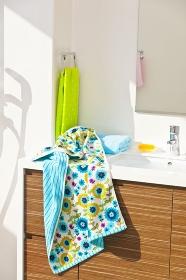 自然光の入る洗面台とタオル