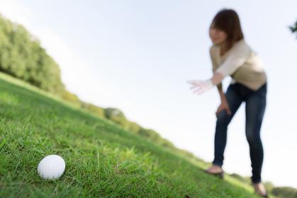 ゴルフボールと女性 探す