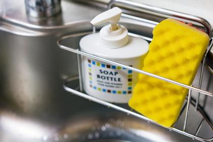 キッチンシンクの洗剤とスポンジ