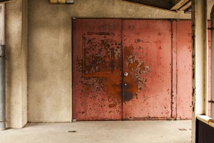 体育館の古びたドア