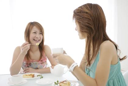 ティータイムを楽しむ女性たち