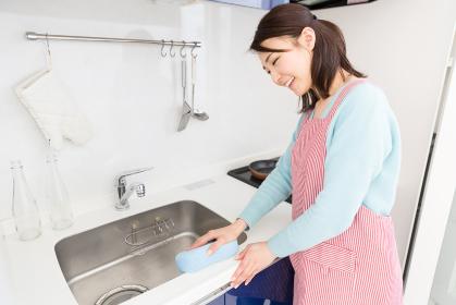 シンクを掃除する女性